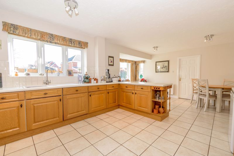 5 bed house for sale in Appletrees Crescent 4