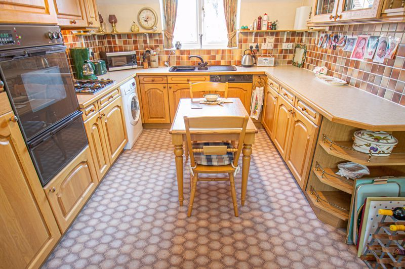 2 bed flat for sale in Woodfield  - Property Image 5