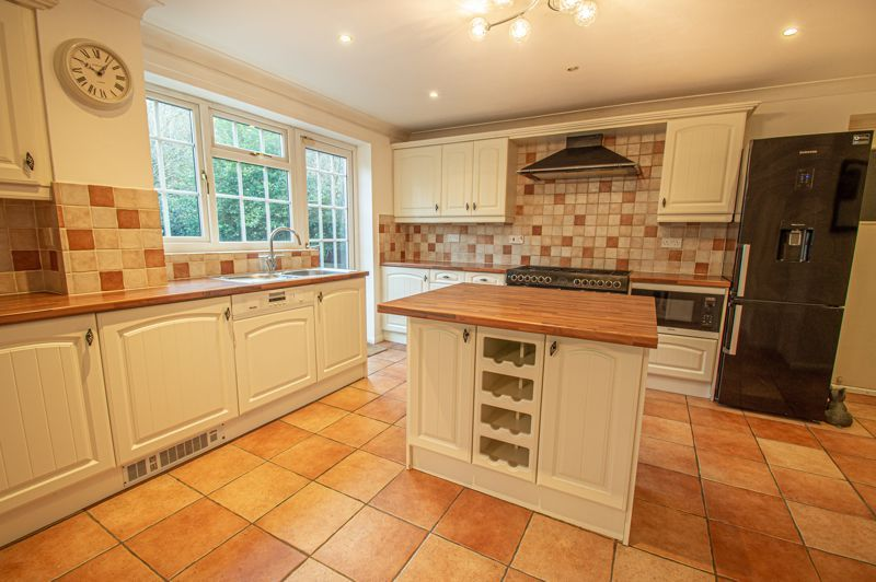 5 bed house for sale in Lineholt Close  - Property Image 4