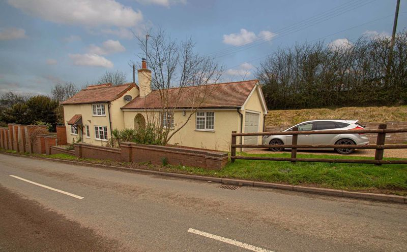 3 bed cottage for sale in Astwood Lane  - Property Image 1