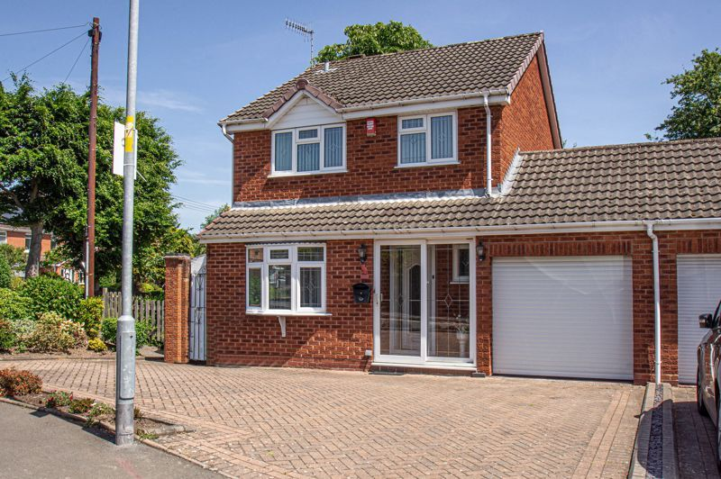 3 bed house for sale in Woodbank Drive 1