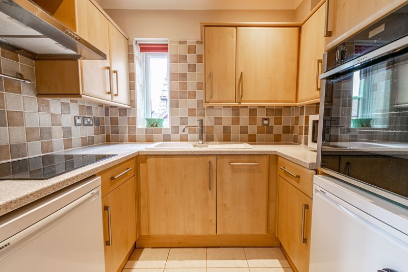 2 bed flat for sale in Woodfield Road 6