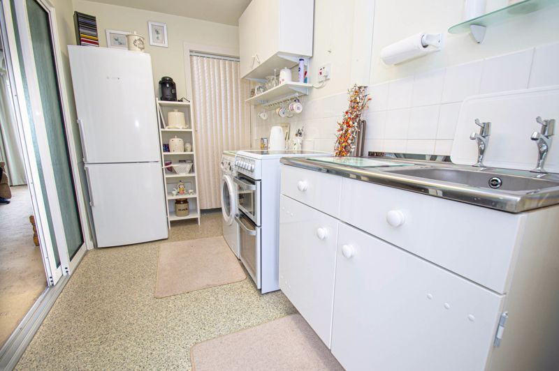 2 bed house for sale in Eden Close 6