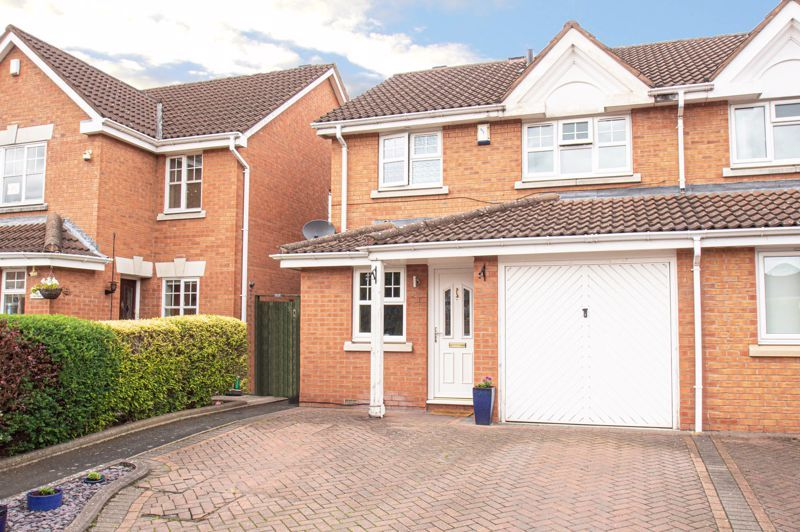 3 bed house for sale in Batchelor Close - Property Image 1