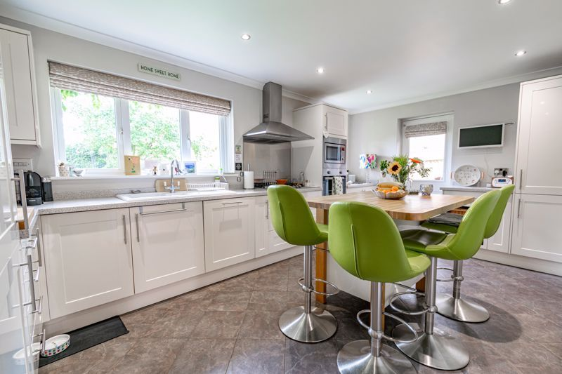 5 bed house for sale in Davenham Road 2