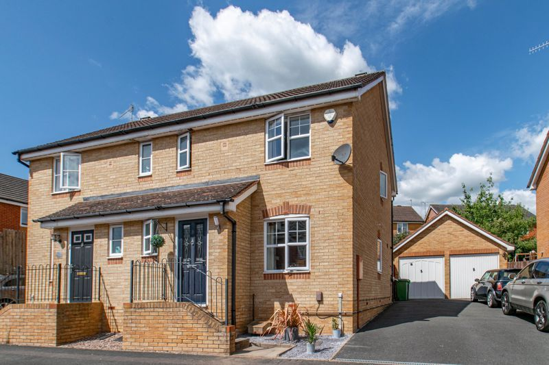 3 bed house for sale in Robins Lane 2