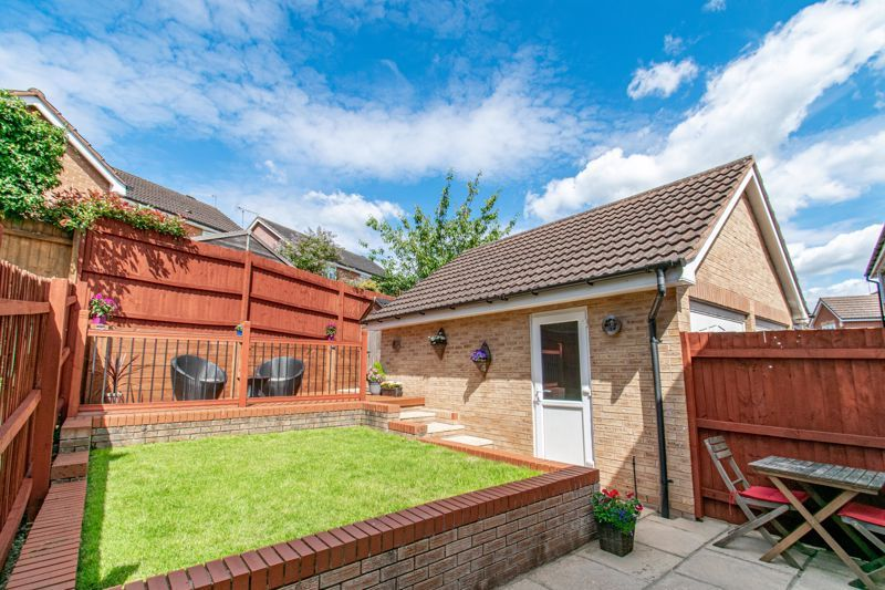 3 bed house for sale in Robins Lane 11