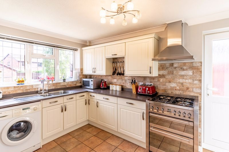 3 bed house for sale in Wroxall Close 3