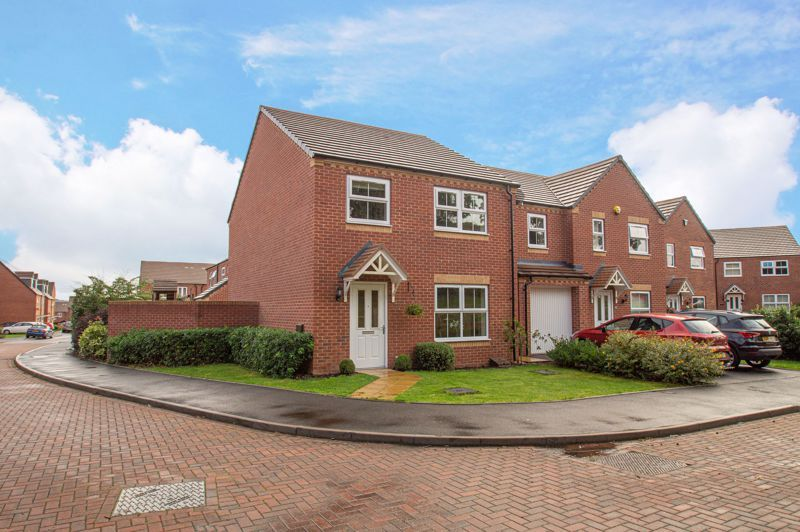 4 bed house for sale in Hatton Close 1