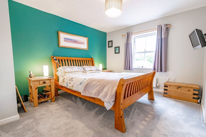 2 bed flat for sale in Newton Square 7