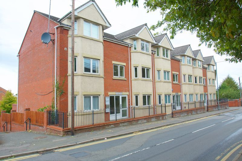 2 bed flat for sale in Hewell Road 1