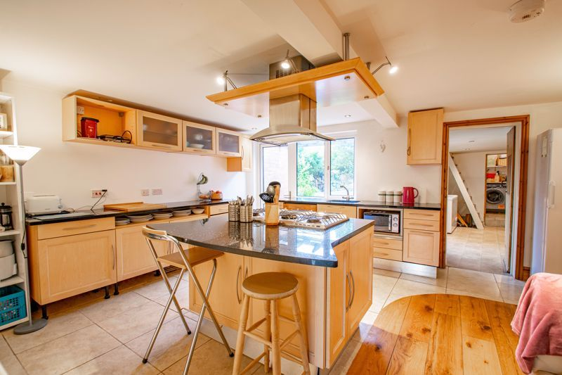 6 bed house for sale in Worcester Road 7