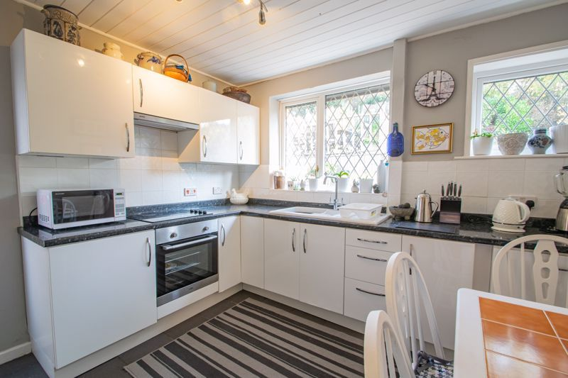 2 bed bungalow for sale in Birchgate 5