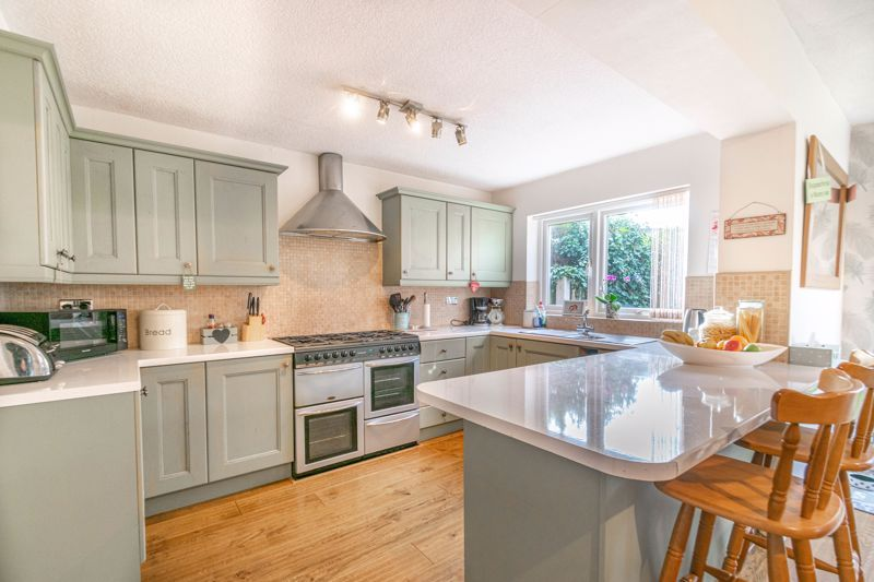 4 bed house for sale in Gladstone Drive 3