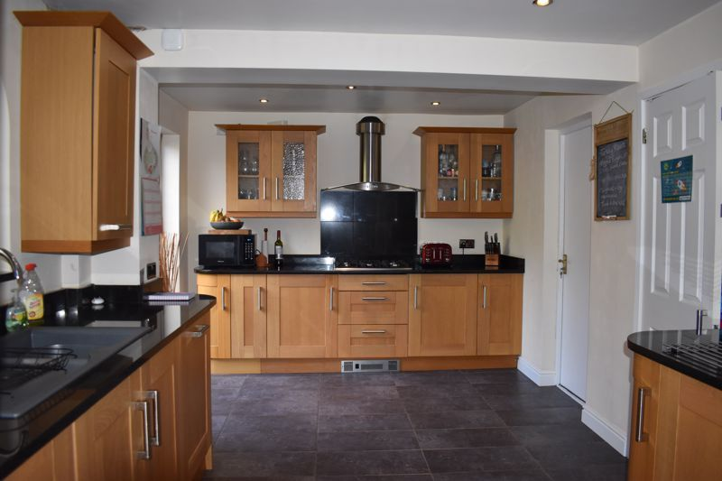 3 bed house to rent in Salcombe Drive 5