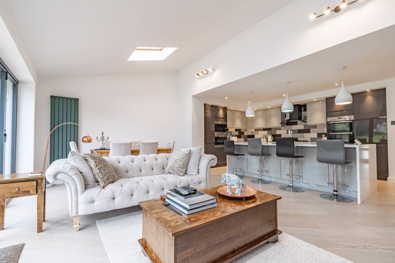 5 bed house for sale in Manor Abbey Road 3