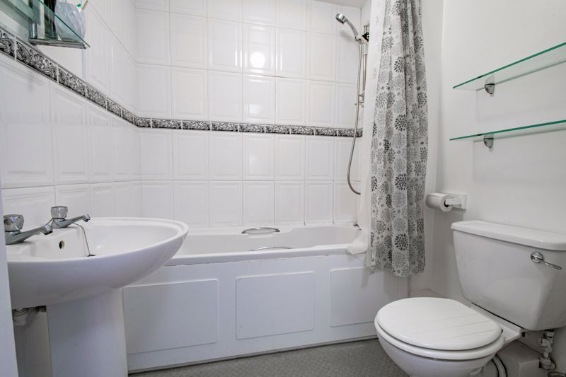 1 bed flat for sale in Worcester Road 8