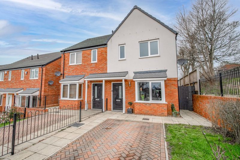 2 bed house for sale in Doulton Road 1