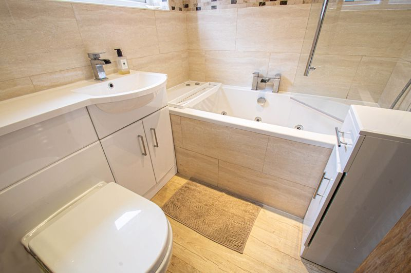 4 bed house for sale in Warwick Road 8