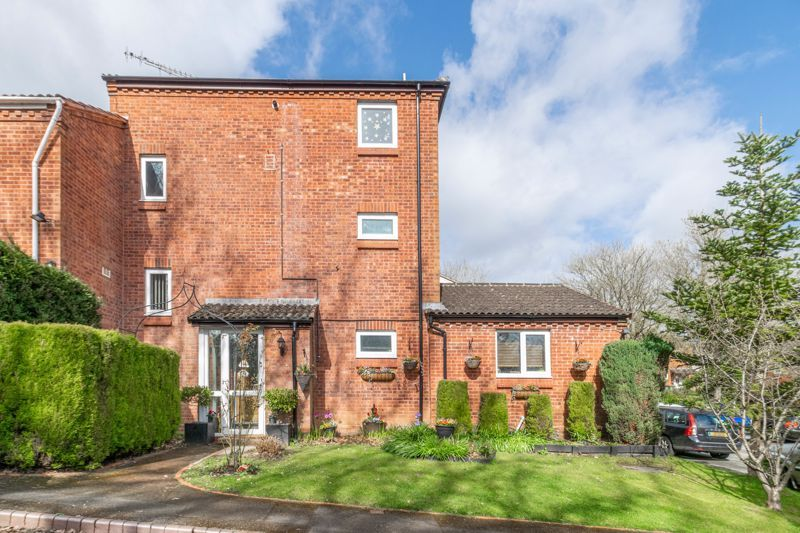 5 bed house for sale in High Trees Close 1