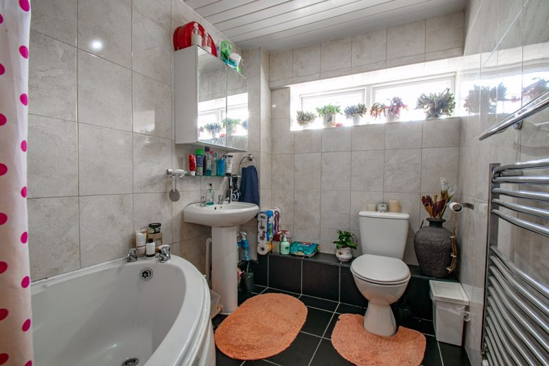 3 bed house for sale in Upper Close 11