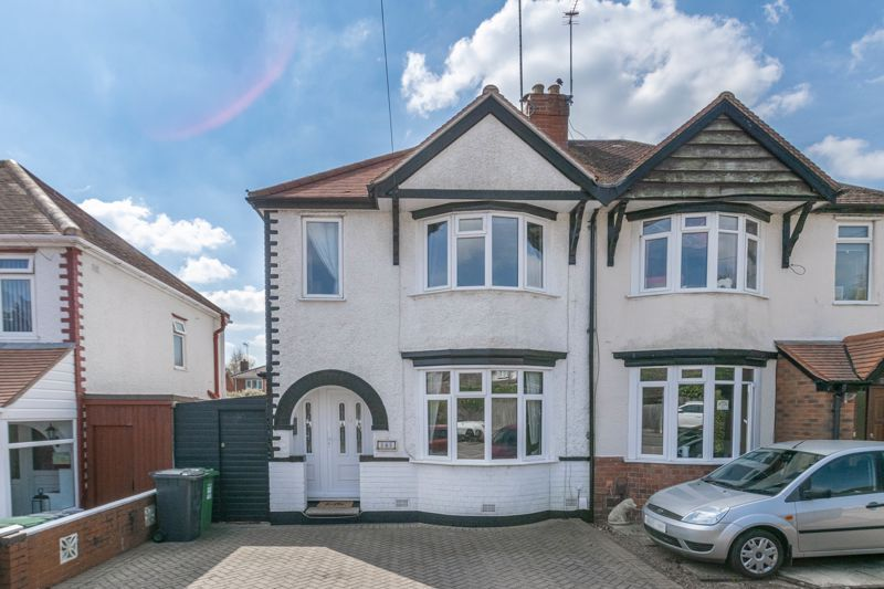 3 bed house for sale in The Meadway 1