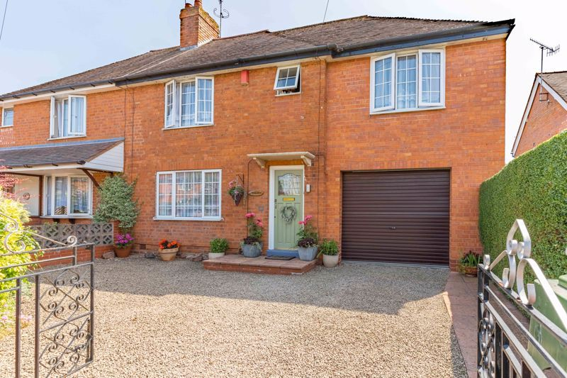 4 bed house for sale in Churchfields Close 1