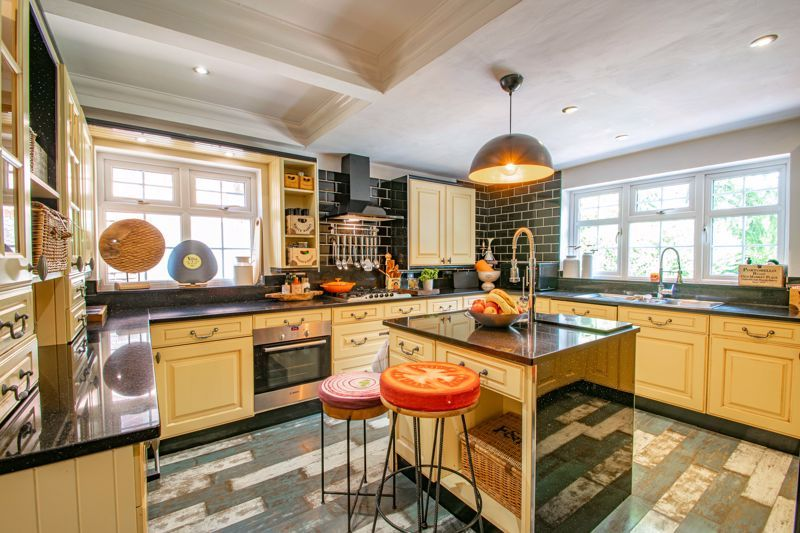 5 bed house for sale in Parkland Avenue 8