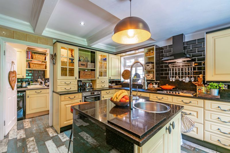 5 bed house for sale in Parkland Avenue 9