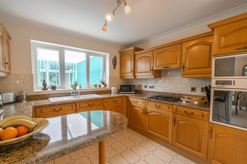4 bed house for sale in Epsom Close 2