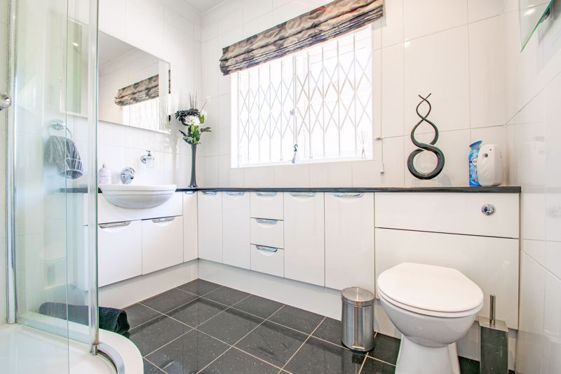 3 bed bungalow for sale in Drews Holloway 14