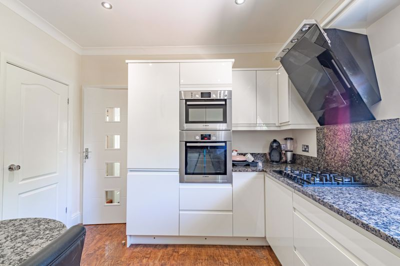 3 bed bungalow for sale in Drews Holloway 6