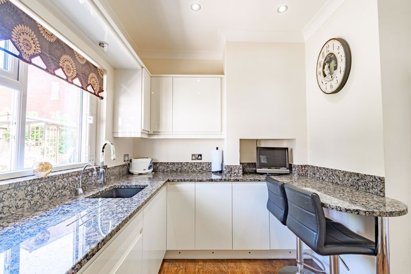 3 bed bungalow for sale in Drews Holloway 7
