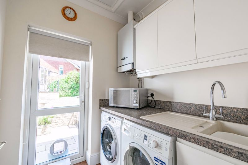 3 bed bungalow for sale in Drews Holloway 8