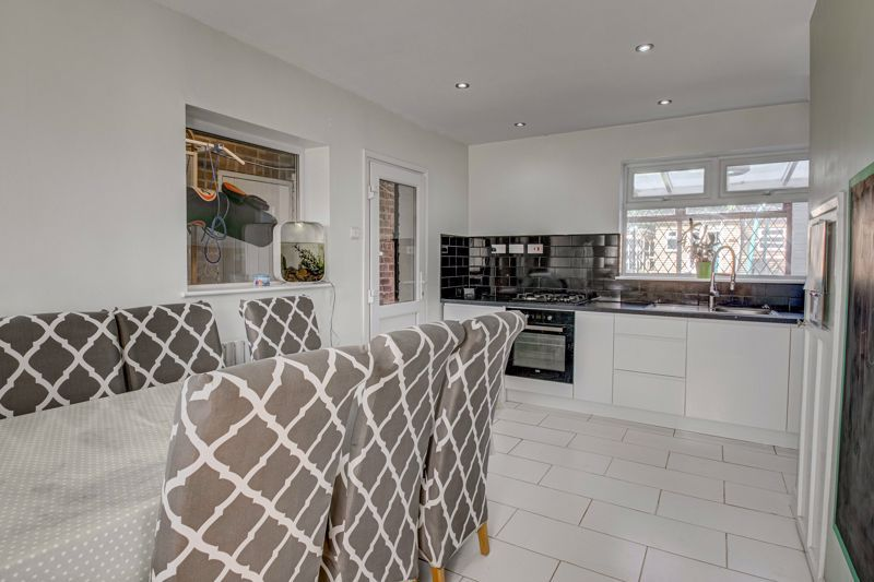2 bed house for sale in Grafton Crescent 4