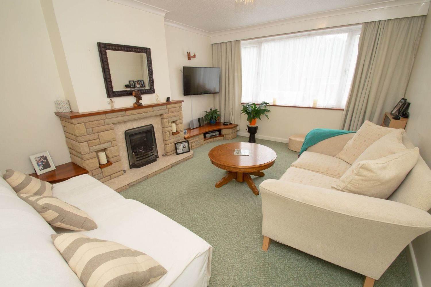 3 bed semi-detached for sale in Vicarage Crescent, Redditch  - Property Image 2