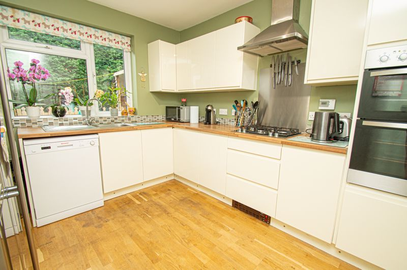 4 bed house for sale in Easemore Road 4