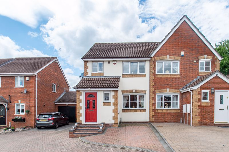 3 bed house for sale in Cleobury Close 1