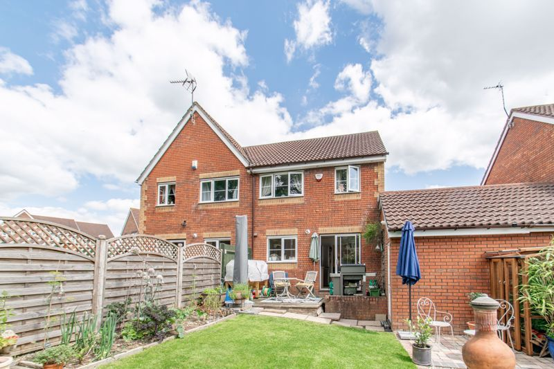 3 bed house for sale in Cleobury Close 12