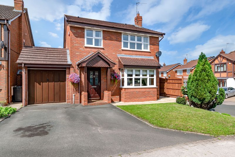 4 bed house for sale in Ploughmans Walk - Property Image 1