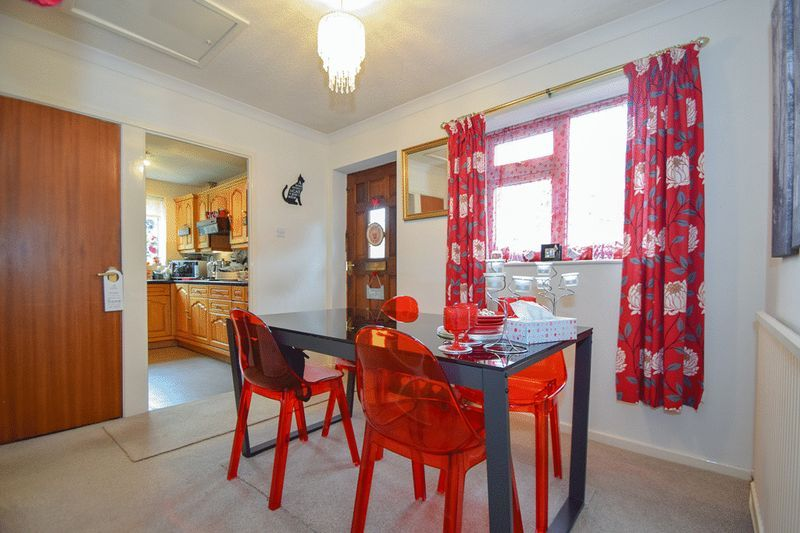 3 bed bungalow for sale in Austcliff Close 8