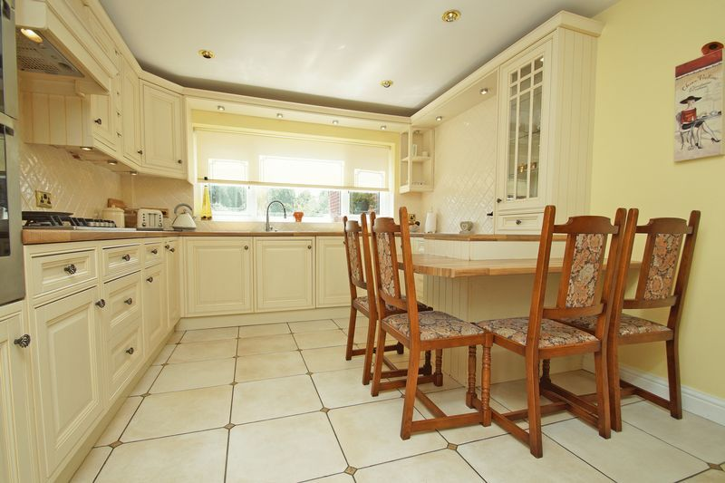5 bed house for sale in Bridgnorth Road 8