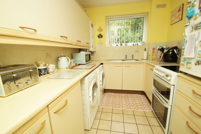 2 bed flat for sale in Woodend Close  - Property Image 4