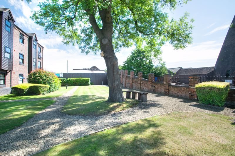 2 bed flat for sale in Camellia Gardens 19