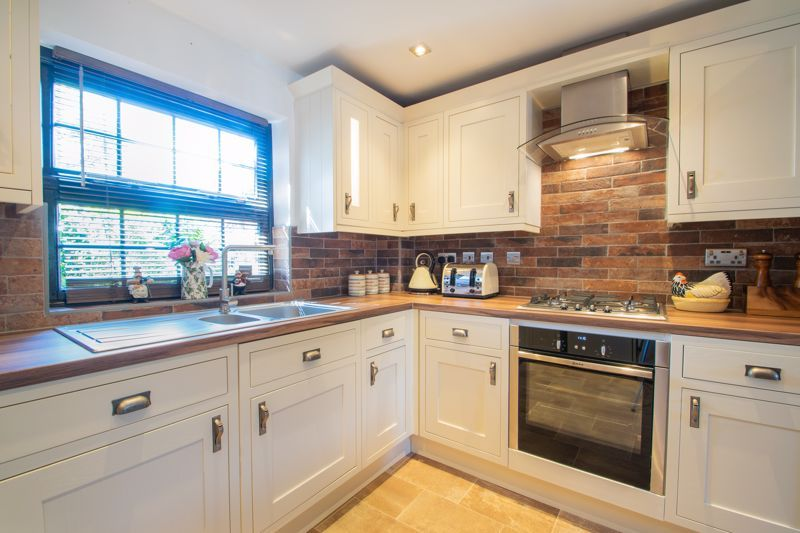 2 bed flat for sale in Camellia Gardens 8