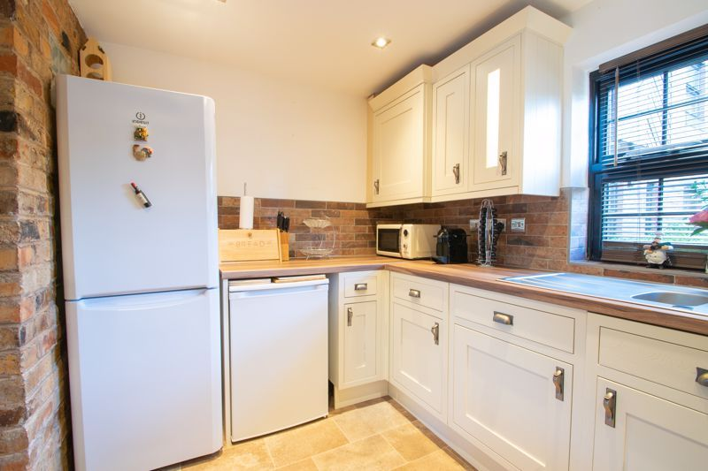 2 bed flat for sale in Camellia Gardens 9