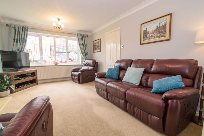 4 bed house for sale in Poplar Close 2