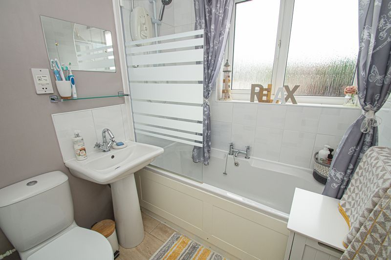 3 bed house for sale in Fox Lane 14