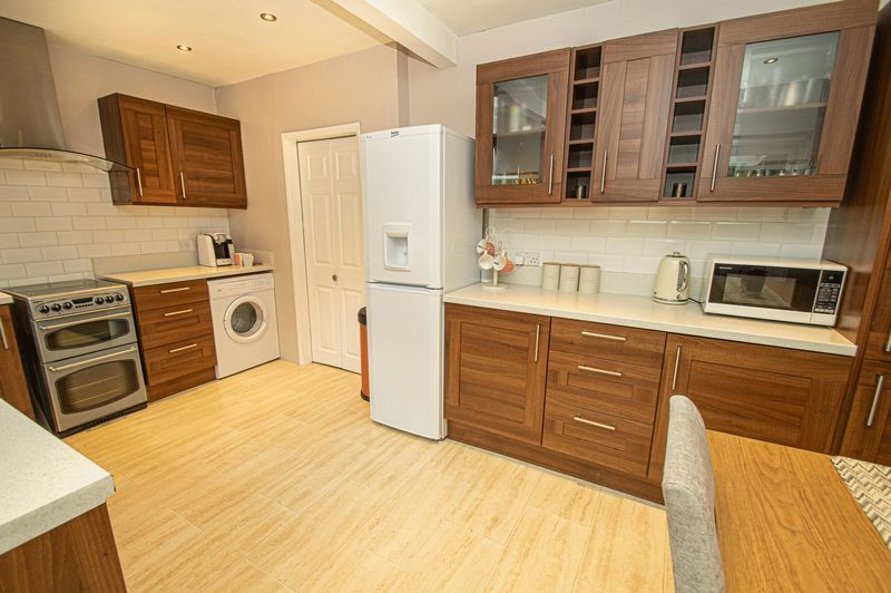 3 bed house for sale in Fox Lane 8