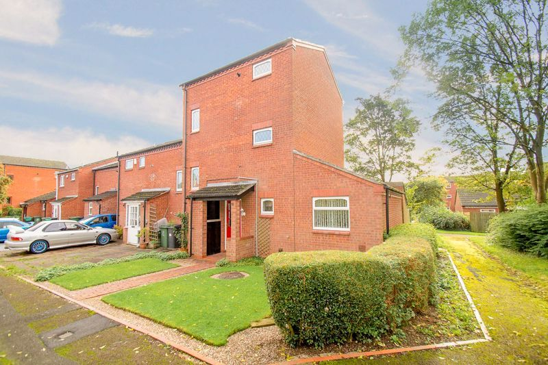 4 bed house for sale in Upper Field Close - Property Image 1